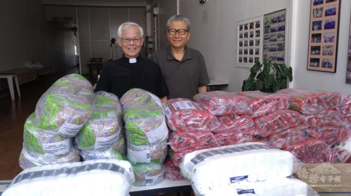林應聰牧師(左)捐贈民生物資,由金超基牧師(右)代表接受