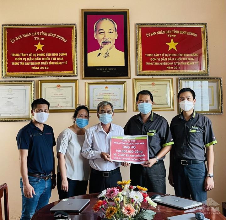董事長蔡文瑞(右二)代表捐贈,平陽省疾病空管中心的副經理阮皇進(左三)代表接受