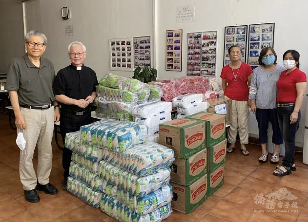 左起金超基牧師、林應聰牧師、林秀娥姐妹、林師母、王艶委員捐贈後一起合影