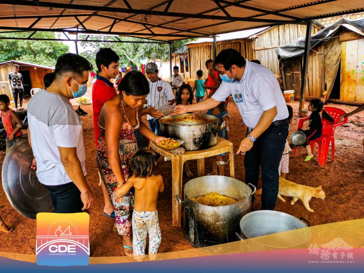 巴拉圭華人慈善基金會,受東方市市慶籌備委員會委託,辦理大鍋飯發放活動