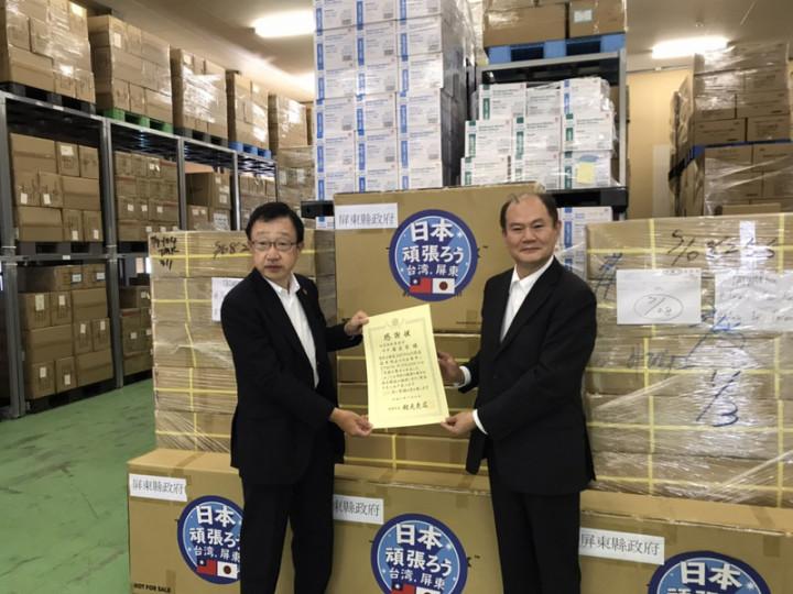 屏東縣政府為協助日本北海道札幌市因應COVID-19(2019冠狀病毒疾病)疫情,繼去年6月捐贈防疫物資後,今年7月底再捐贈抗疫防護箱Taiwan Box。(駐札幌辦事處提供)
