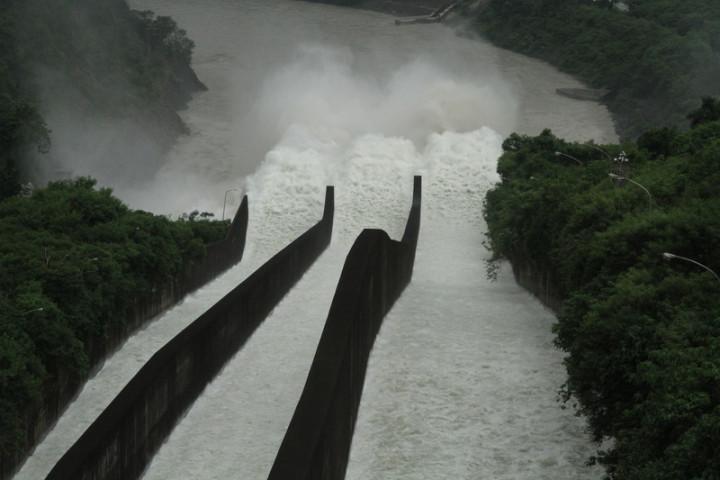 曾文水庫3日開啟溢洪道閘門進行調節性放水,開啟3道閘門放水到下方河道。