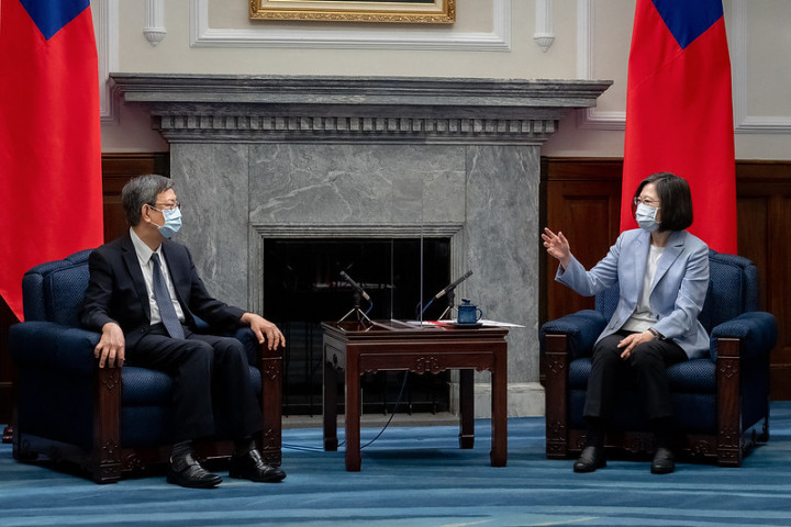 President Tsai exchenges views with Reform for Resilience's Asia-Pacific Hub Commissioner former Vice President Chen Chien-jen.