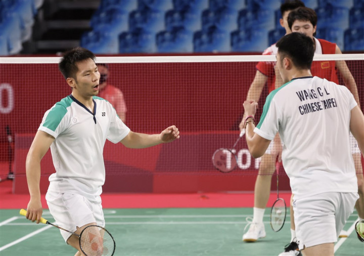 Lee Yang (front, left) and Wang Chi-lin in the gold medal match against a team from China.