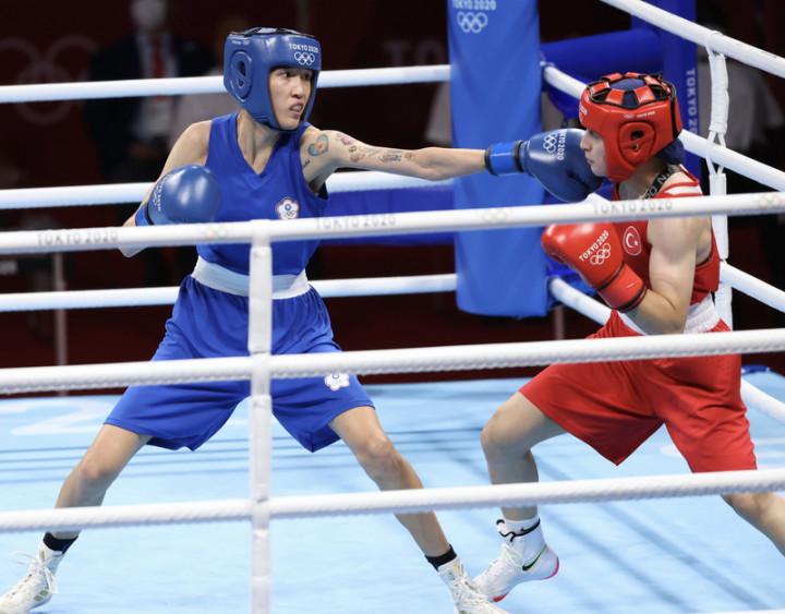 台灣拳擊女將黃筱雯(藍衣)4日在東京奧運女子拳擊51公斤量級4強賽,不敵世界排名第2的土耳其對手,獲得銅牌。圖為黃筱雯控制距離、刺拳攻擊對手