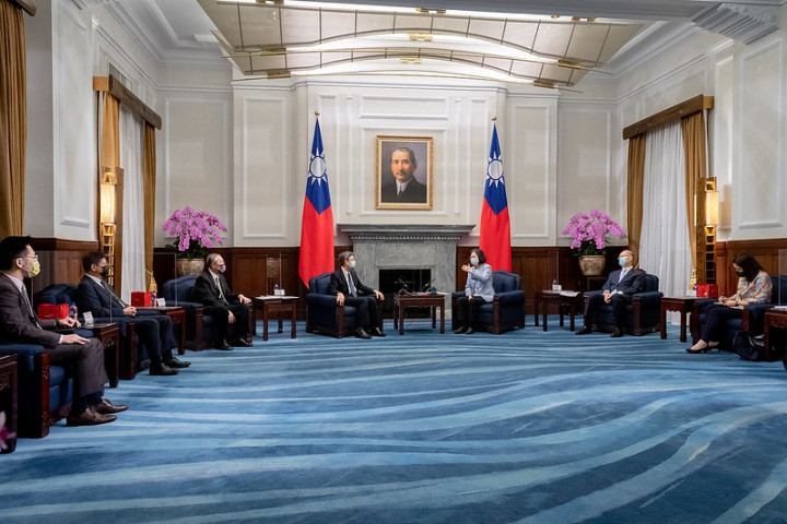 President Tsai meets leaders from the Reform for Resilience Commission's Asia-Pacific Hub.