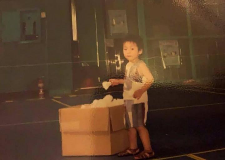 台灣羽球男雙組合「麟洋配」王齊麟與李洋奪下台灣奧運史上首面羽球金牌,李洋母校基隆高中師生興奮不已,李洋(圖)年幼時手拿羽球的可愛模樣照片曝光。(基隆高中提供)