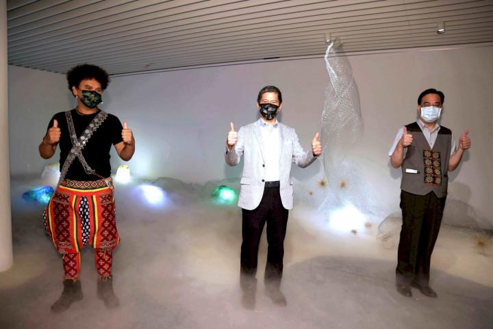 金曲獎歌手桑布伊(由左至右)、文化部長李永得、原住民族委員會主委夷將・拔路兒,共同為「原住民族日」特展揭幕