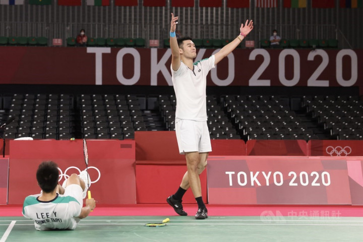Wang Chi-lin (right) and Lee Yang cheer after winning the gold medal match.