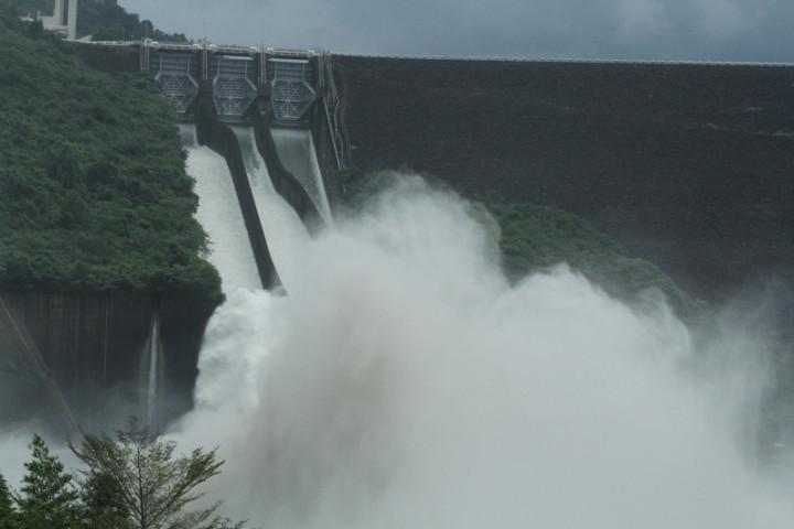 曾文水庫3日中午開啟溢洪道閘門進行調節性放水,下午2時後3道閘門同步放水,在溢洪道下方濺起的水花相當壯觀。