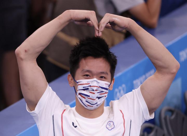 「鞍馬王子」李智凱1日在東奧體操男子鞍馬單項決賽 一掃陰影,成功展現招牌「湯瑪士迴旋」奪銀,他賽後 在場邊等待時,朝媒體俏皮比出大愛心。