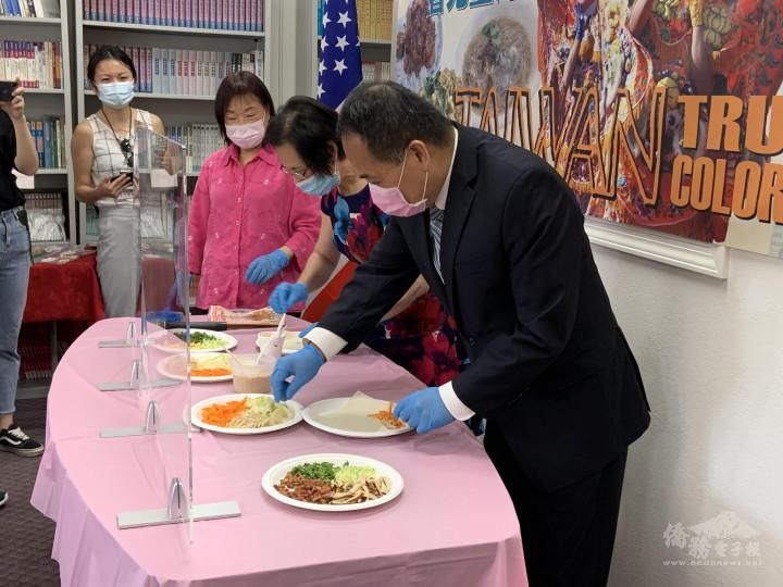 洛僑中心儲錦琪文化志工邀請黃敏境處長及廖美華主席製作潤餅