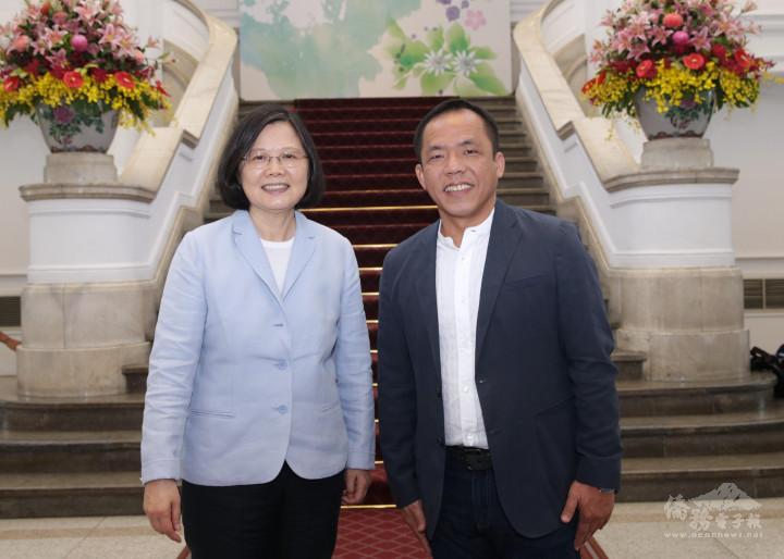 簡湧杰(右)與總統蔡英文(左)合影