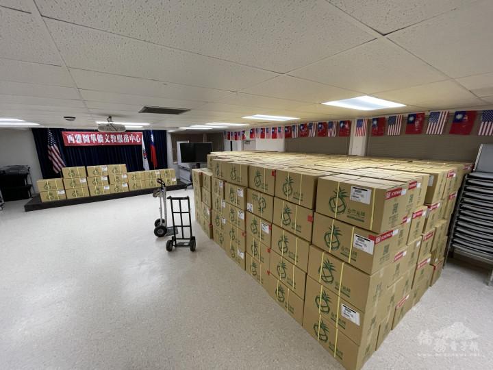 350箱鳳梨乾抵達西雅圖僑教中心
