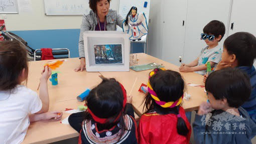 楊老師(操偶者)生動活潑的布袋戲表演深獲學生們喜愛。