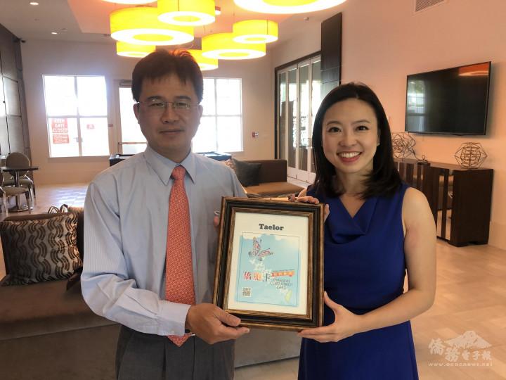 閻樹榮(左)頒發僑胞卡特約商店標誌給矽谷阿雅鄭雅慈(右)所營的Taelor
