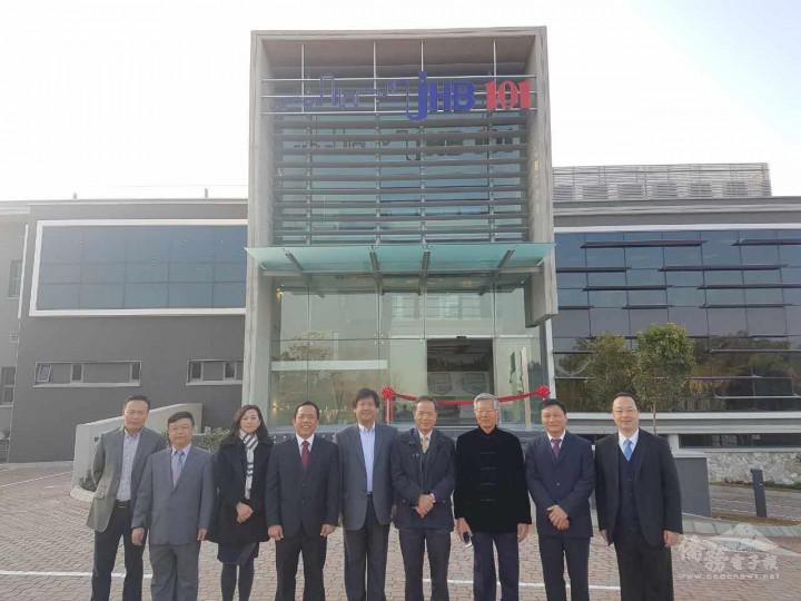 簡湧杰(左4)與JHB101工作團隊合照