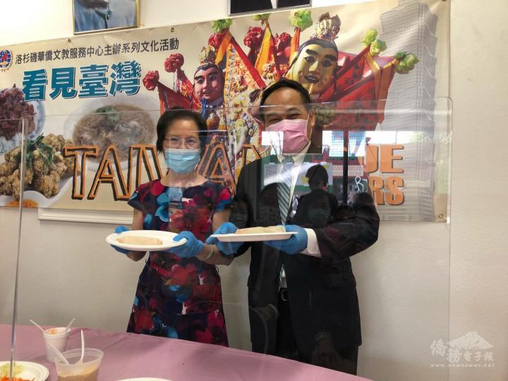 黃敏境處長及廖美華主席展示製作潤餅成品