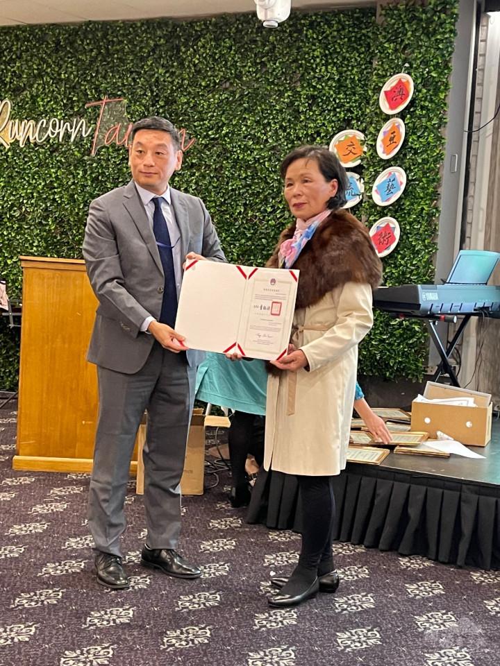 陶令文代表致送卸任會長陳惠華感謝狀