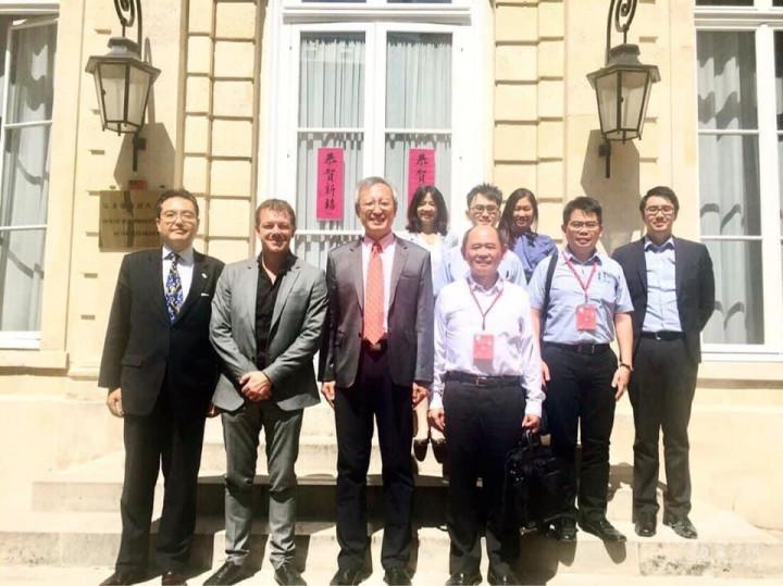 王薔(後排右3)偕同到訪法國的臺灣裕隆總經理楊振祥(前排右1)拜會駐法國代表處,由大使吳志中(前排右2 )接見。