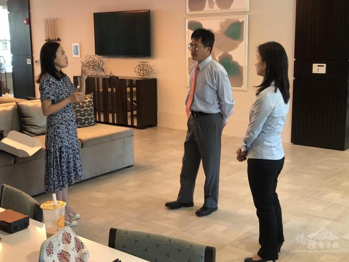 矽谷阿雅鄭雅慈(左)說明創業由來 文教中心主任閻樹榮(中)