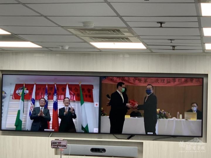 奈及利亞、南非兩地連線總會長交接,(由左至右)滿任總會長吳孟宗、駐奈及利亞大使劉翼平、駐南非大使賀忠義、新任總會長簡湧杰。