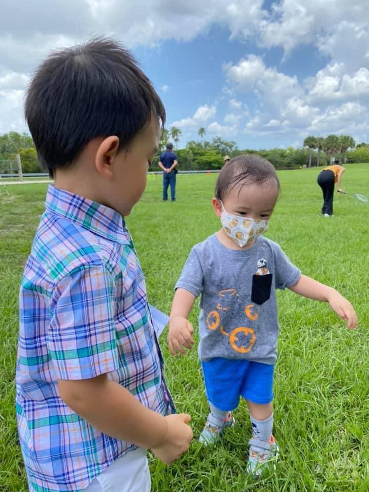 孩子們在草地區盡情奔跑