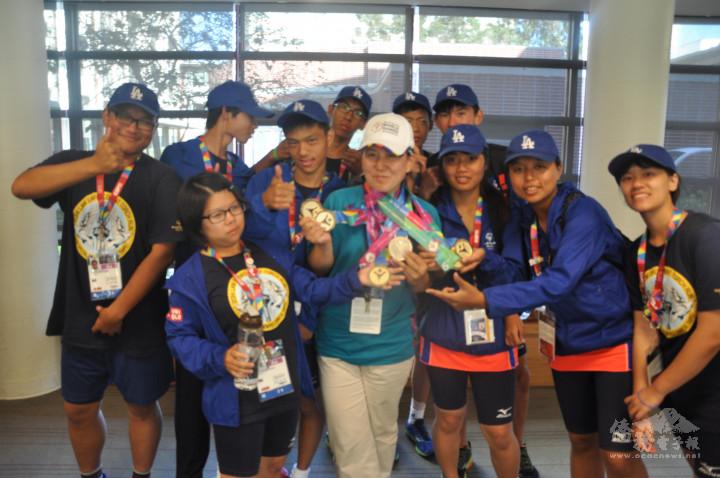 美國洛杉磯海外傑出青年孟心韻僑務促進委員在2014年美國洛杉磯舉行世界特殊奧運會中擔任志願者。
