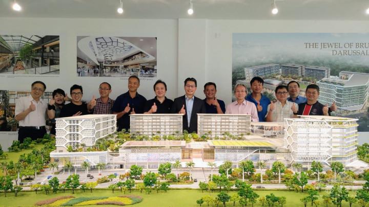李憲章大使參觀汶萊臺商會理事即將興建綜合性大型開發計畫實體模型合照