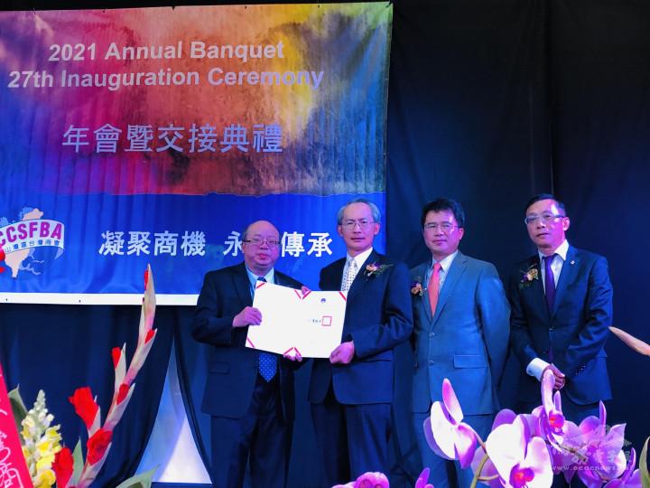 賴銘琪(左2)及閻樹榮(右2)代為頒發僑委會童振源委員長感謝狀予周信結(左1)