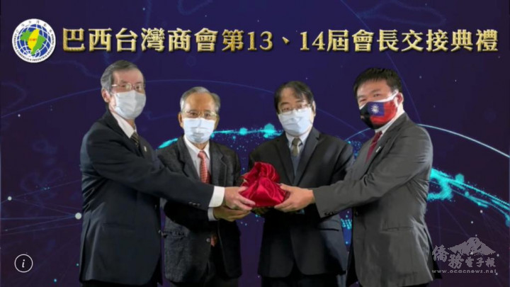 劉俊男(右二)與劉學琳(左二)共同主持監交,惠翊德(左)把印信交給新任會長蔡逢興(右)