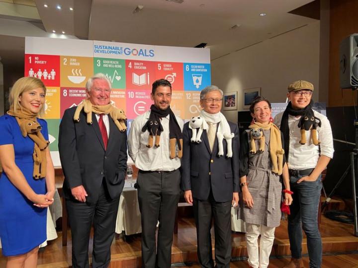 駐紐約辦事處舉辦「邁向更具韌性的未來:透過永續方式協助敘利亞難民」研討會,處長李光章(右3)及與會者披上由敘利亞婦女手工編織的動物圍巾