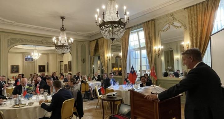 瑞士人民黨主席齊沙(Marco Chiesa)(致詞者)9月22日出席駐瑞士代表處餐會時籲瑞台加強合作。(圖為駐瑞士代表處提供)