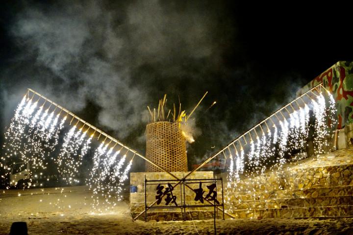 馬祖秋慶之一鐵板燒塔節25日熱鬧展開,回復軍管時期遭禁止的「燒塔」習俗,晚間在鐵板沙灘上疊著大型紅磚塔,點燃烈火燒盡塔中舊物與民眾書寫的除穢卡,象徵燒除一整年的不順遂。