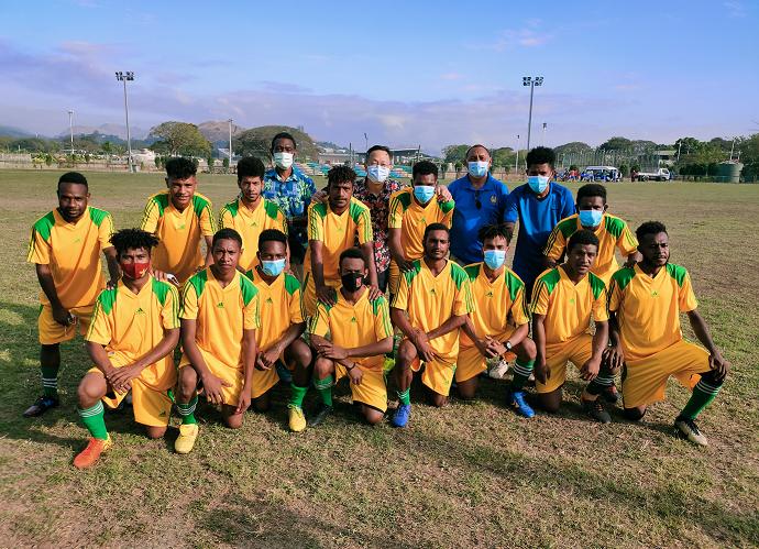 廖文哲(後排左2)、莫士比港足球協會主席Joseph Ealedona(後排右2)、巴紐前外交部副常次John Yamin(後排左1)與Yamin's Football Club青少年隊員著新球衣合影