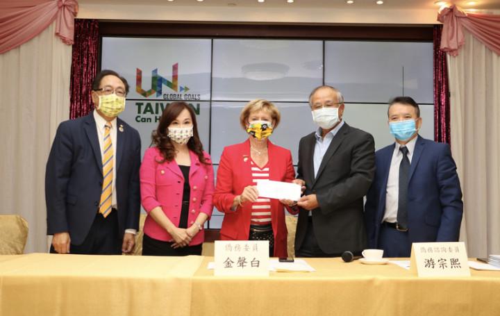 加拿大多倫多僑界支持台灣加入聯合國,加台國會友好協會會長、自由黨聯邦眾議員史葛洛(Judy Sgro)(中)15日出席記者會接下共同聲明。(黃乃文提供)