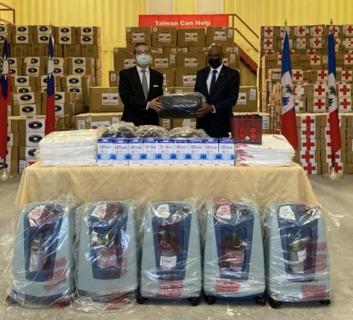 古文劍代表將25公噸來自臺灣政府、慈濟基金會及紅十字會共同捐贈之緊急人道救援物資贈交海地