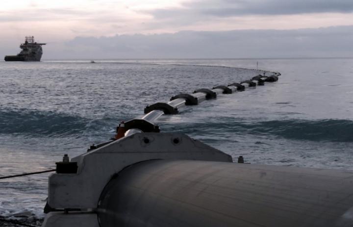 為發展台東深層海水產業,經濟部在台東知本溪南岸興建「東部深層海水創新研究中心」,重新布管的試驗管已布管成功並順利取得海水。(行政院東部聯合服務中心提供)