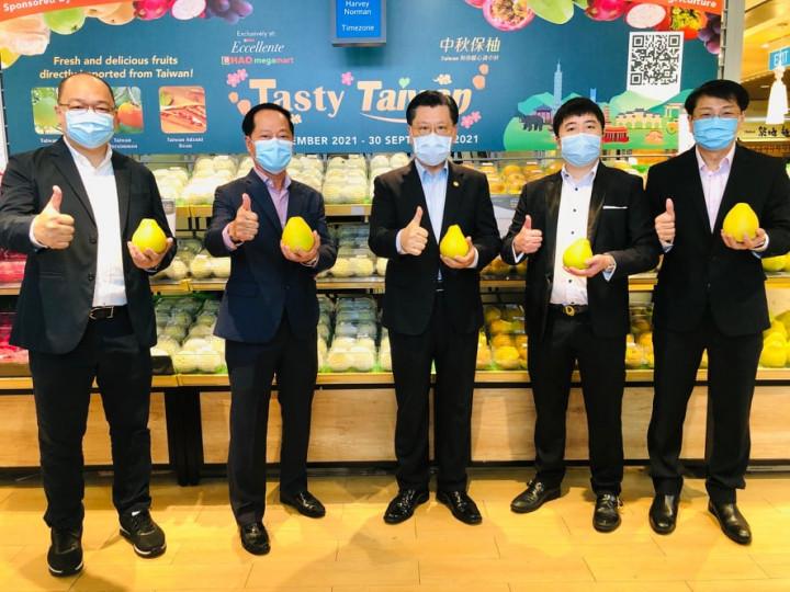 駐新加坡台北代表處梁國新代表(中間第三位)應邀出席Hao Mart超市舉辦「美味臺灣 Tasty Taiwan」農產品促銷活動,與廠家代表合影。
