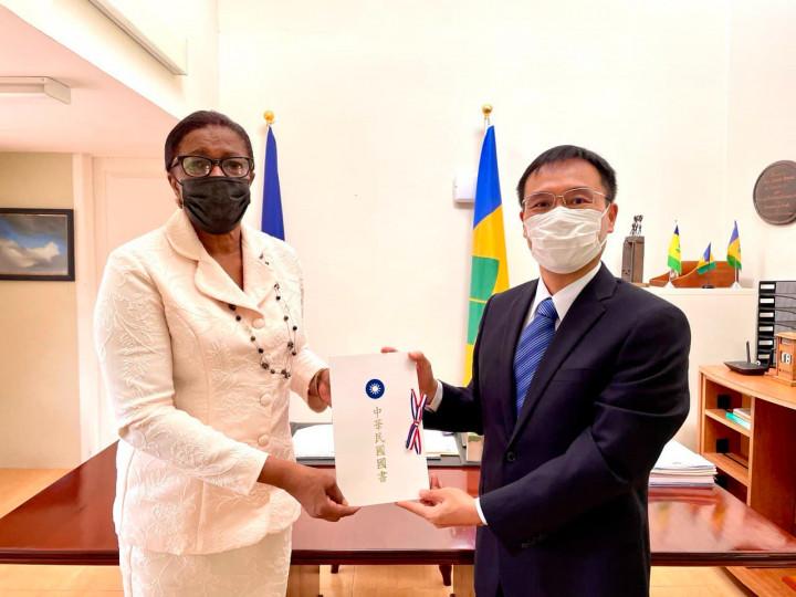 藍大使向總督朵根女士呈遞到任國書