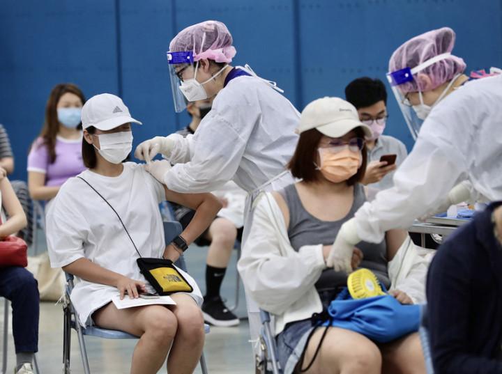 疫情指揮中心17日表示,全台約有65萬人已接種第1劑高端疫苗者,不需再次意願登記,20日上午開放預約。