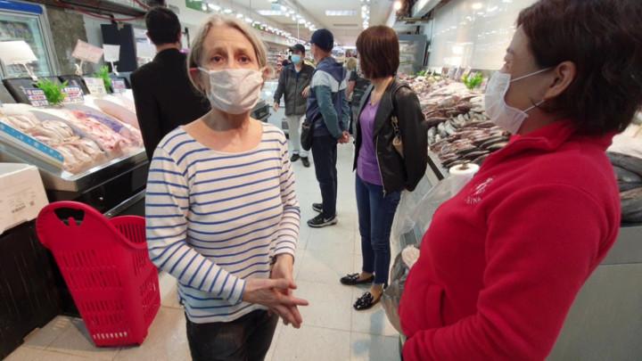 台商超市24日突遭阿根廷檢方大規模搜索,不少消費者獲悉後為台商超市加油打氣,圖為顧客瑪麗亞(Maria)向台商超市負責人許惠柔(右)致意,替超市老闆抱不平。