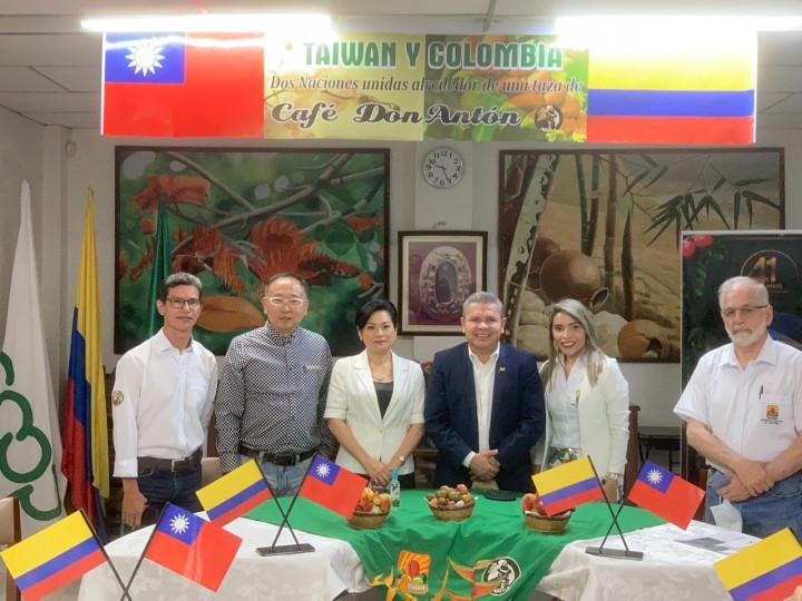 駐哥倫比亞張幼慈代表(左三)與培瑞茲參議員(右三)及哥國咖啡協會代表共同主持交流計畫開幕儀式