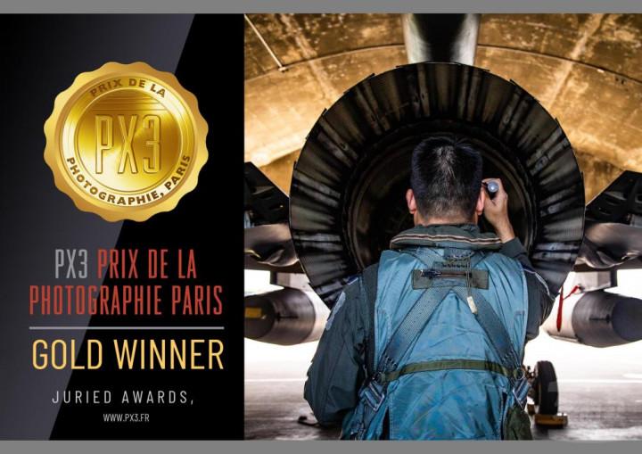 軍事新聞通訊社新聞官黃劭恩上尉,以作品「Behind the Flight」榮獲2021年法國PX3國際攝影比賽「新聞類」金獎殊榮。(黃劭恩提供)