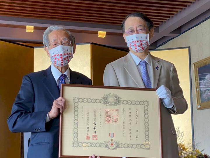 促進台日交流,蔡焜霖(右)獲日本頒發旭日雙光章