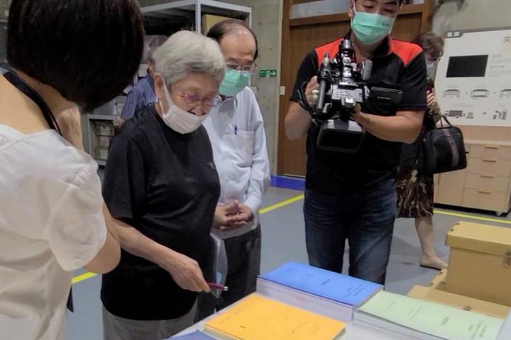 前台灣獨立建國聯盟主席張燦鍙(右2)與前獨盟歐洲本部主席何康美(右3)將一批海外台獨運動檔案資料捐給國立台灣歷史博物館