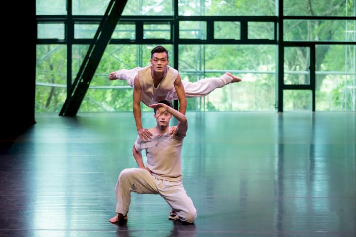 雲門舞集推出「來雲門跳舞」全新企劃節目,讓舞者在淡水雲門劇場獨一無的「綠劇場」中展現優雅舞姿。(李佳曄攝影/雲門舞集提供)