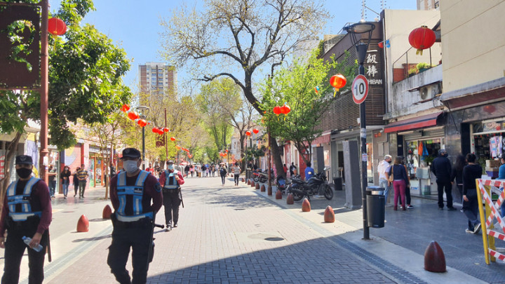 阿根廷首都唐人街阿里貝紐斯街(arribenos),週末已成觀光行人徒步區,台商經營超市位於此街。