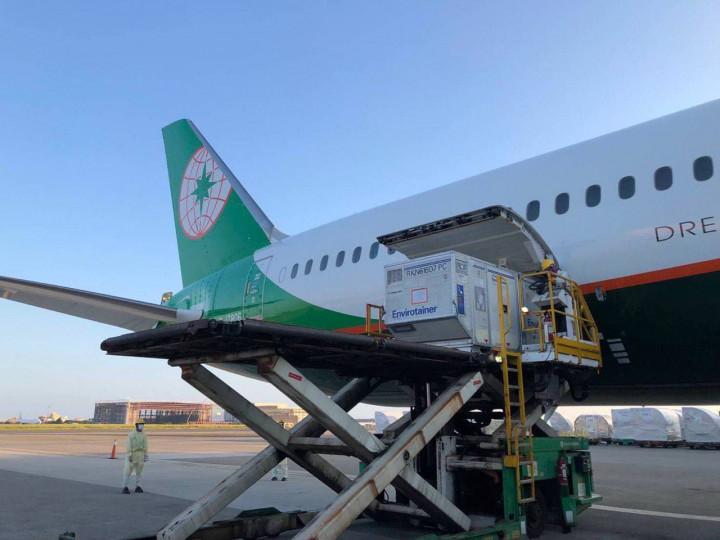 斯洛伐克捐贈我國的AZ疫苗由我國籍航空運抵桃園機場。