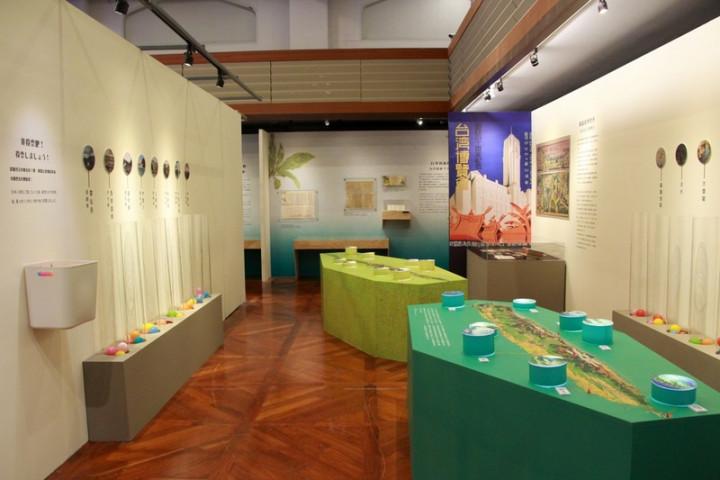 高雄市立歷史博物館舉辦「往返島嶼-1930年代台日旅情特展」,以「旅行」為題,透過遊記、地圖、明信片、老照片等典藏文物,帶領民眾穿越時光長廊,跟隨台日旅人的腳步,回顧兩地交流起始,展期即日起至11月7日。(高史博提供)